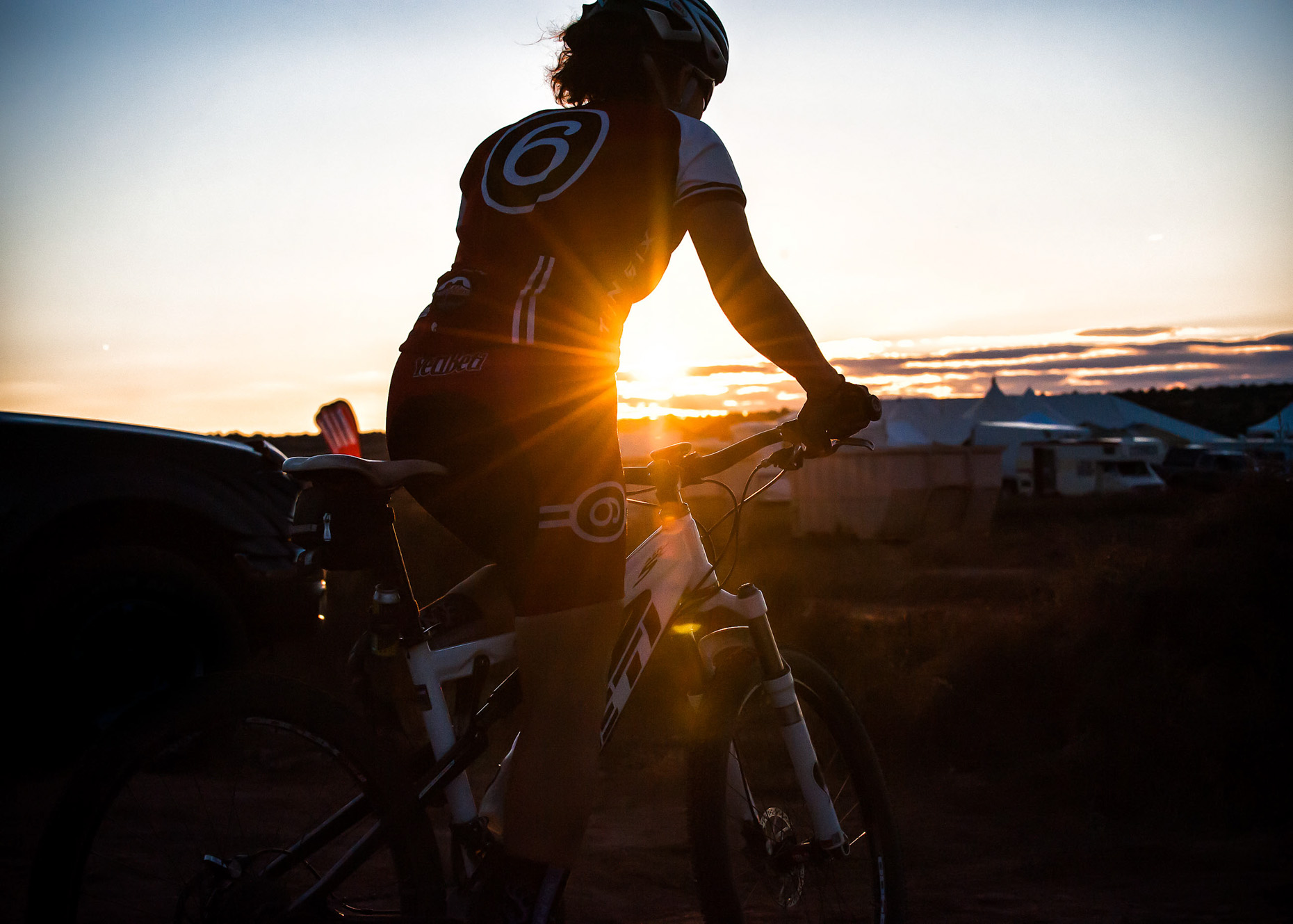 aaron-ingrao-24-hours-of-moab-mountainbike-race-sunset-sunflair-yeti